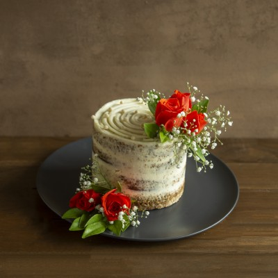 Toffee Caramel Cake with French Vanilla Butter Cream 750gms And Orange Roses
