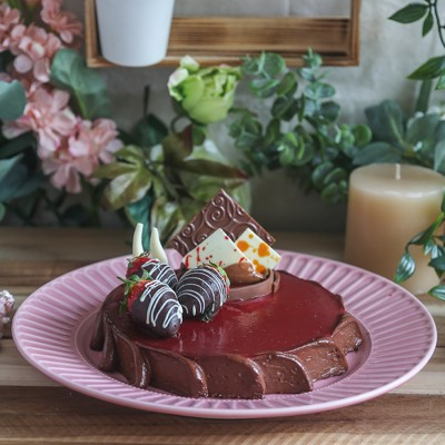 Croustillant  Cake with dipped strawberries 500gms